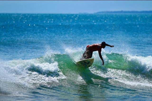 Berselancar di Pantai Kuta Bali.jpg