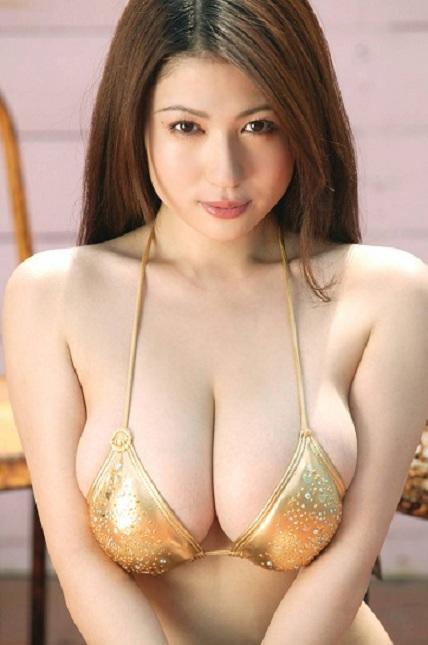 d62r24c00y9o46lt.D.0.Nonami-Takizawa---Golden-Bikini-01.jpg