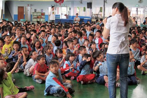 明華園青年軍到校薪傳(圖片來源:明華園戲劇總團官方部落格)
