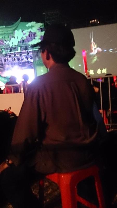 在台下仔細盯場的陳勝福總團長(圖片來源:明華園戲劇總團粉絲團)